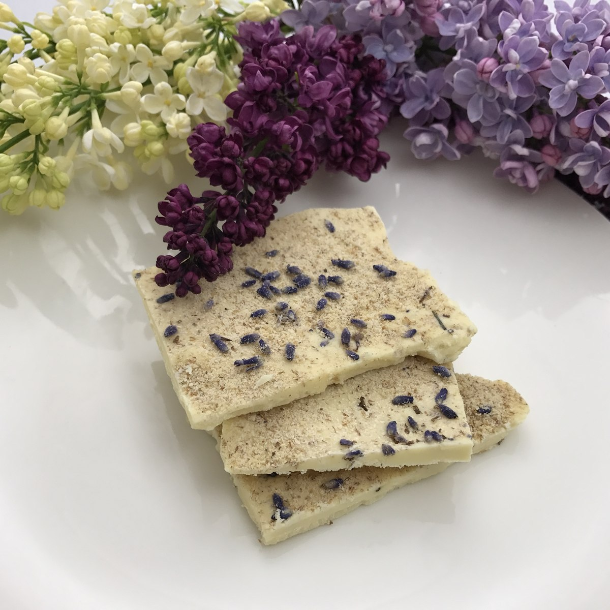 White chocolate with chufas and lavender